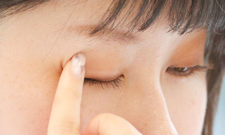 沾取資生堂MAQUILLAGE心機潤澤光基底塗抹於全眼窩