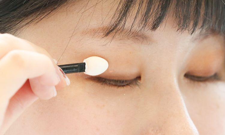 MAQUILLAGE眼盤沾取右上漸層色塗抹於眼皮