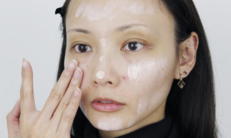 飾底乳【BRILLIAGE】分別點在臉頰、鼻子、額頭、下巴